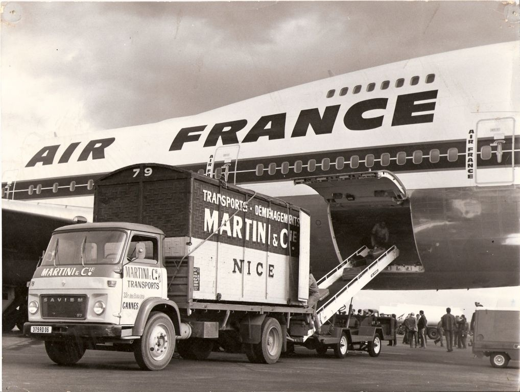 Camion Cannes chargeant un avion Air-France