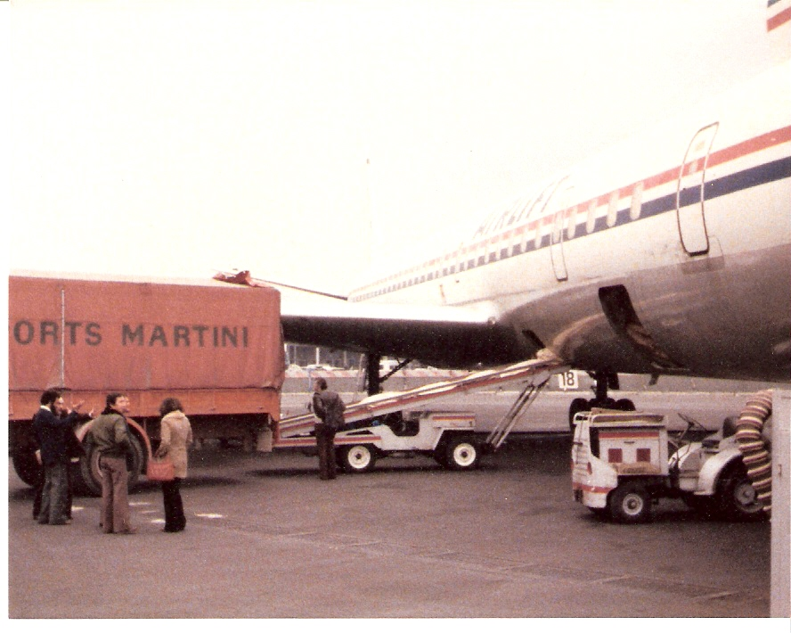 Chargement d'un avion complet (de dos Mme Meilland)